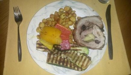 choirino gemisto me mi̱lo kai damaski̱na (varkensvlees gevuld met appel en pruimen)